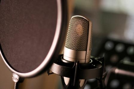 voice-over-artist-microphone